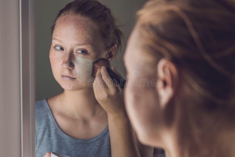 Mulher dos termas que aplica a máscara verde facial da argila Tratamentos da beleza Retrato do close-up da menina bonita que apli imagem de stock royalty free