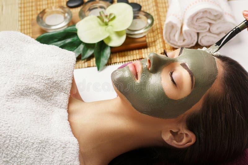 Mulher dos termas que aplica a m?scara facial da argila Tratamentos da beleza Close-up imagens de stock royalty free