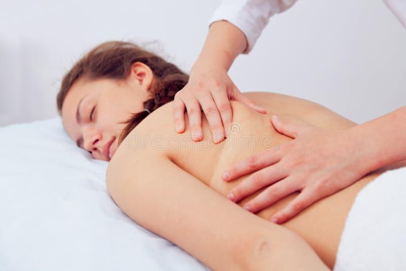 Mulher dos termas Tratamento da beleza Menina caucasiano saudável nova bonita que relaxa com procedimento da massagem da mão nos  foto de stock