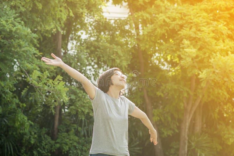 Mulher dos vidros da felicidade que relaxa imagens de stock
