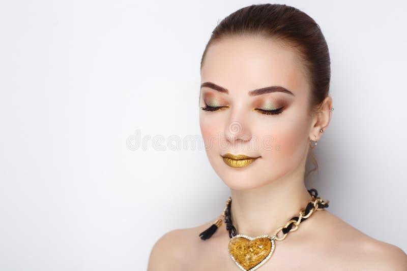 Mulher dourada da colar do coração fotografia de stock royalty free