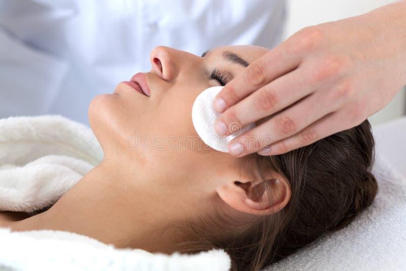 Mulher durante a limpeza facial nos termas fotografia de stock royalty free