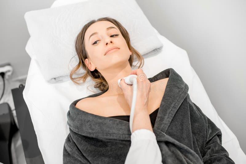 Mulher durante o exame do ultrassom foto de stock royalty free
