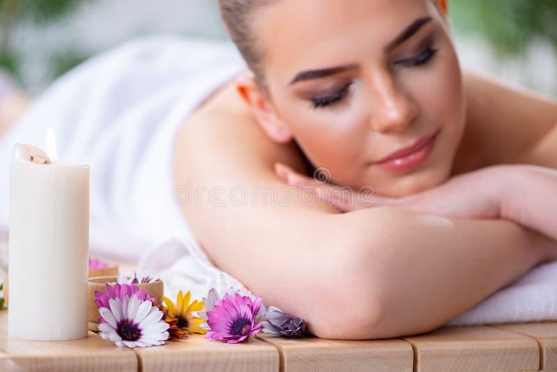 A mulher durante a sessão da massagem nos termas imagem de stock