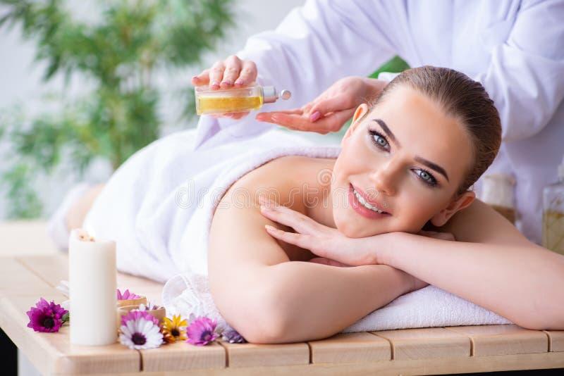 A mulher durante a sessão da massagem nos termas imagens de stock royalty free