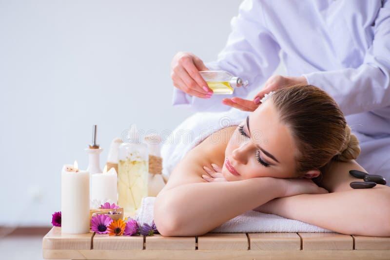 A mulher durante a sessão da massagem nos termas fotos de stock