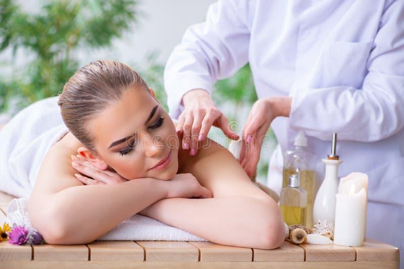 A mulher durante a sessão da massagem nos termas fotografia de stock royalty free