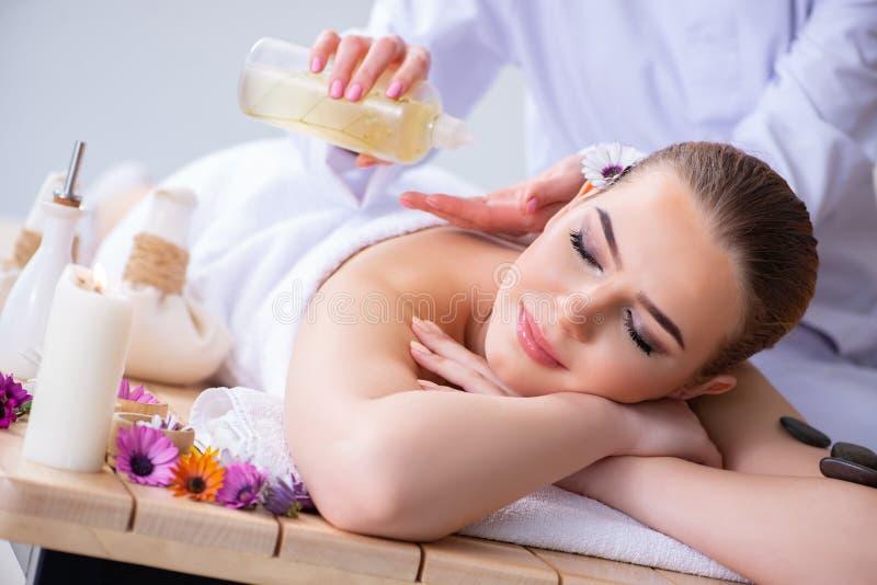 A mulher durante a sessão da massagem nos termas foto de stock royalty free
