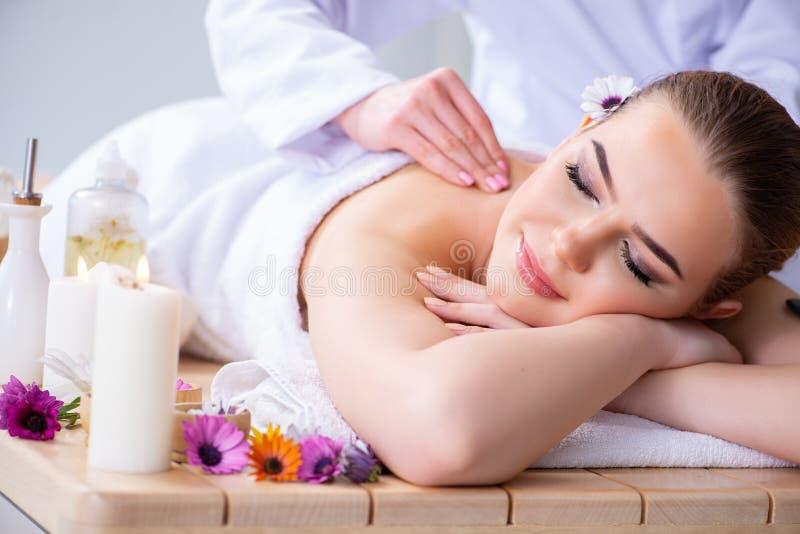 A mulher durante a sessão da massagem nos termas fotografia de stock