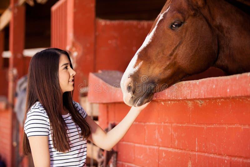 Mulher durante sua terapia equino imagens de stock royalty free