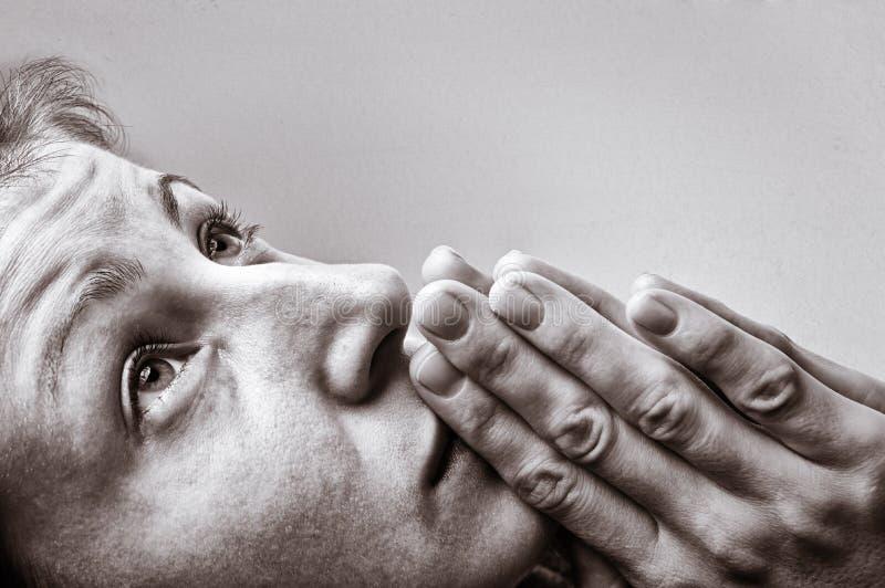 Mulher durante uma oração foto de stock