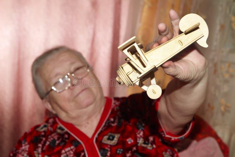 Mulher e avião idosos imagens de stock