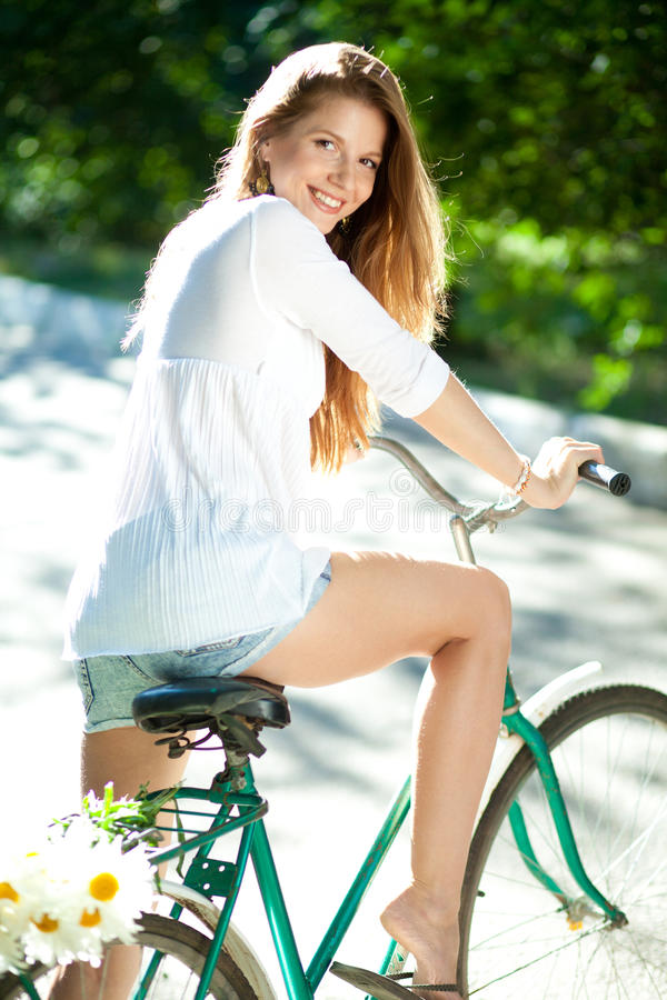 Mulher e bicicleta foto de stock