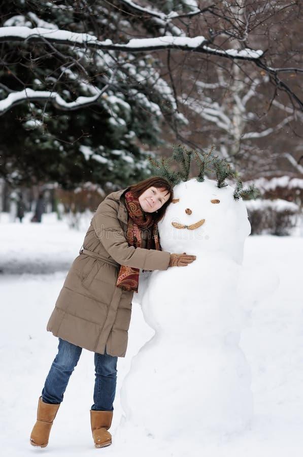Mulher e boneco de neve da Idade Média ao ar livre imagens de stock royalty free