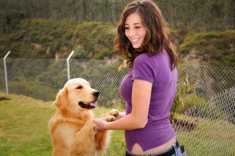Mulher e cão bonitos imagens de stock