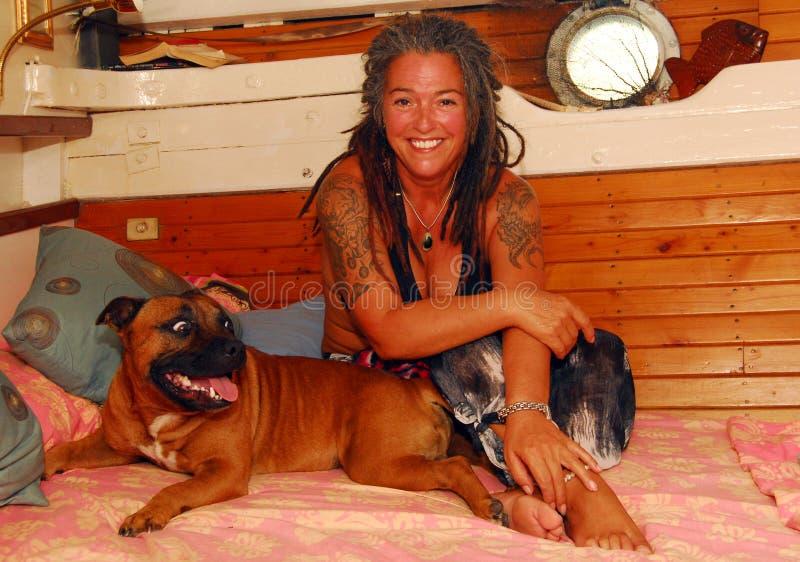 Mulher e cão do tatuagem imagens de stock royalty free