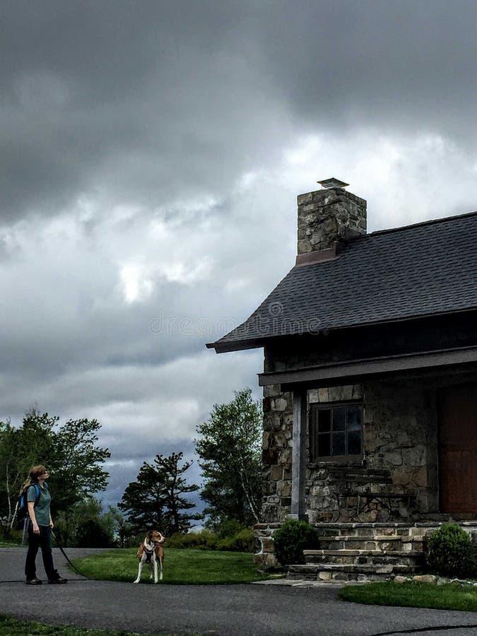 Mulher e cão, parque estadual grande de Pocono, montanhas de Pocono, Pensilvânia, em maio de 2018 fotos de stock royalty free