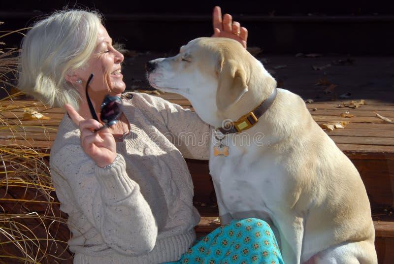 Mulher e cão superiores fotos de stock royalty free