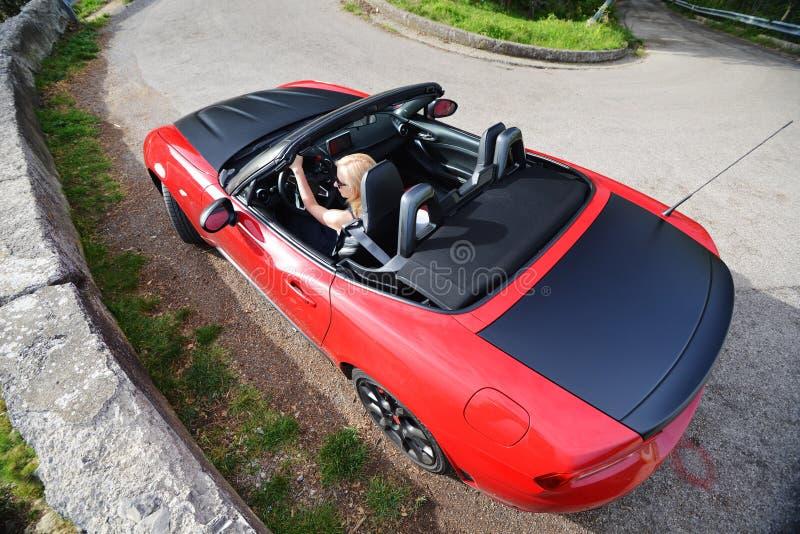 Mulher e cabriolet vermelho imagem de stock royalty free
