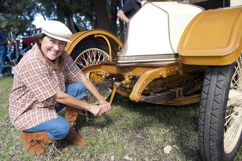 Mulher e carro envelhecidos consideravelmente médios do vintage fotografia de stock royalty free