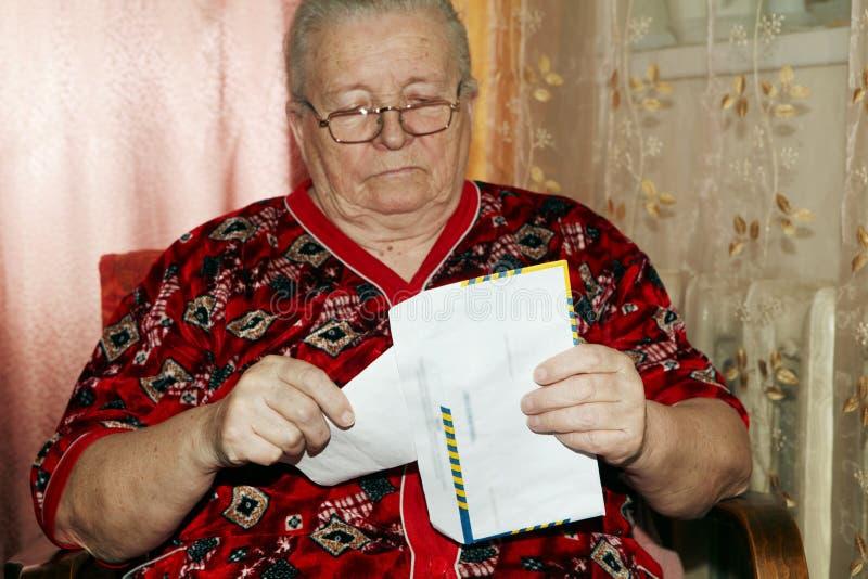 Mulher e carta aberta idosas imagens de stock royalty free