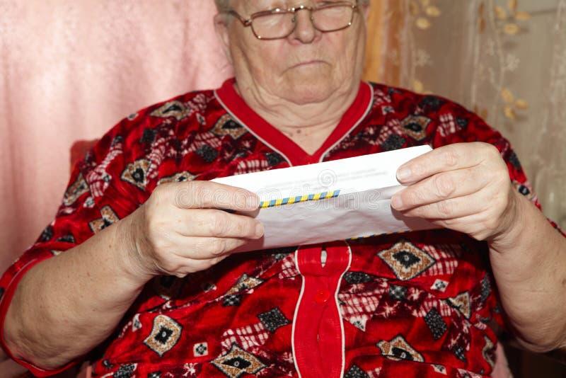 Mulher e carta aberta idosas imagens de stock