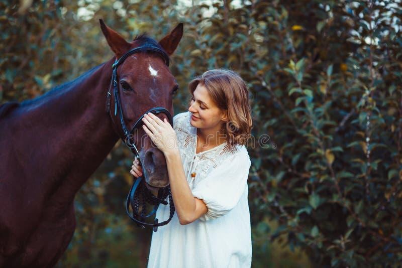 Mulher e cavalo imagem de stock