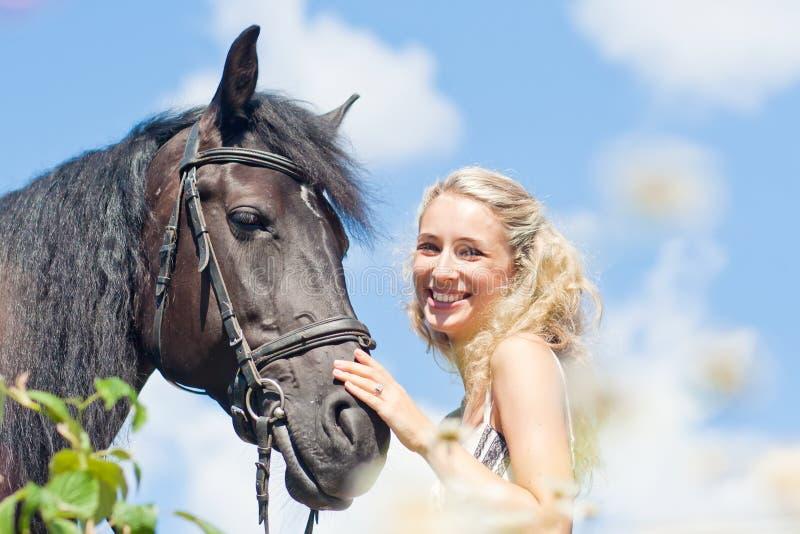 Mulher e cavalo bonitos imagem de stock royalty free