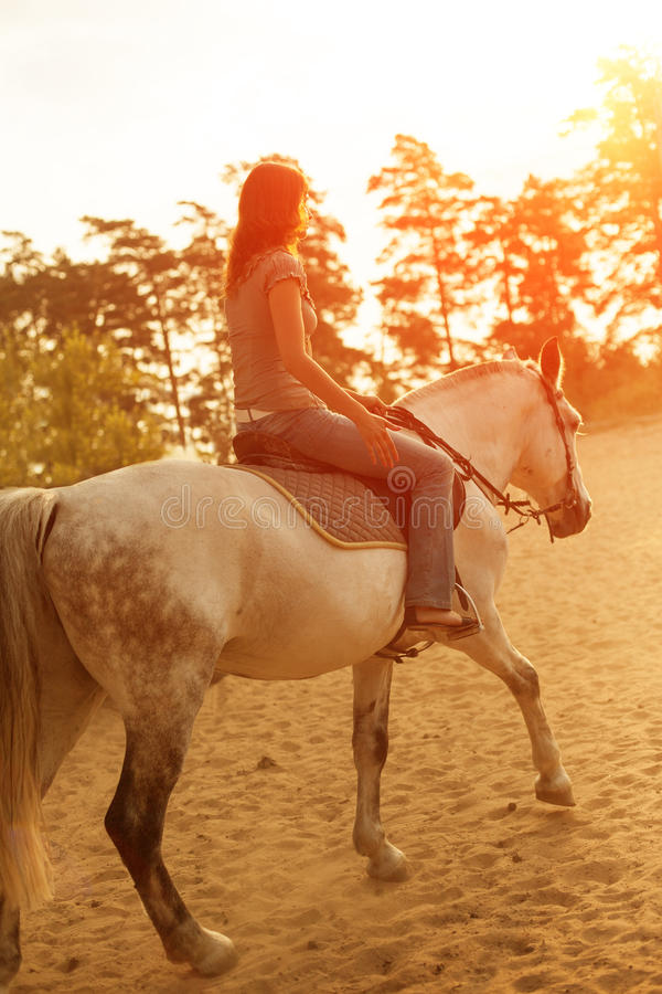 Mulher e cavalo no fundo do céu e da água Menina o modelo imagens de stock royalty free