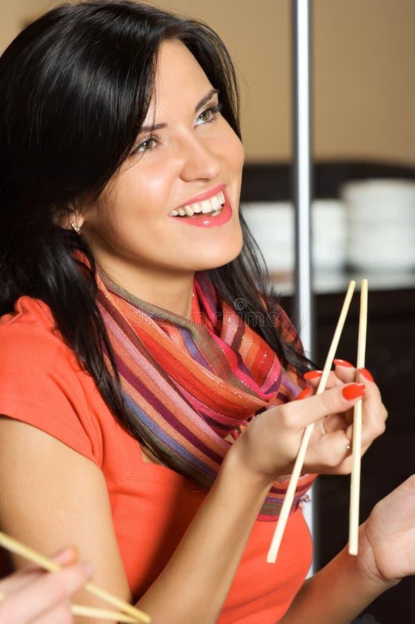 Mulher e chopsticks imagem de stock