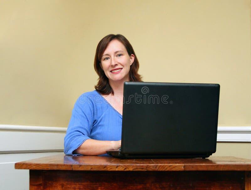 Mulher e computador fotografia de stock royalty free