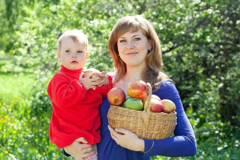 Mulher e criança felizes com maçãs imagem de stock royalty free