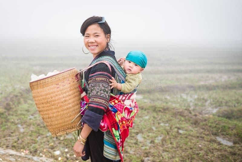 Mulher e criança não identificadas de Hmong em Sapa, Vietname foto de stock