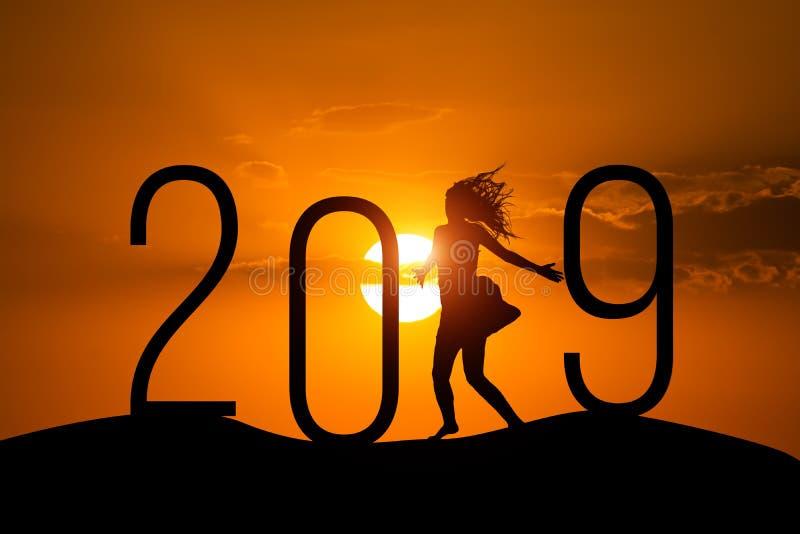 Mulher e 2019 da silhueta da liberdade Conceito de um ano novo fotos de stock