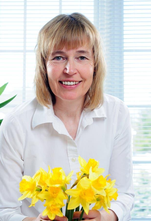 Mulher e Daffodils fotografia de stock
