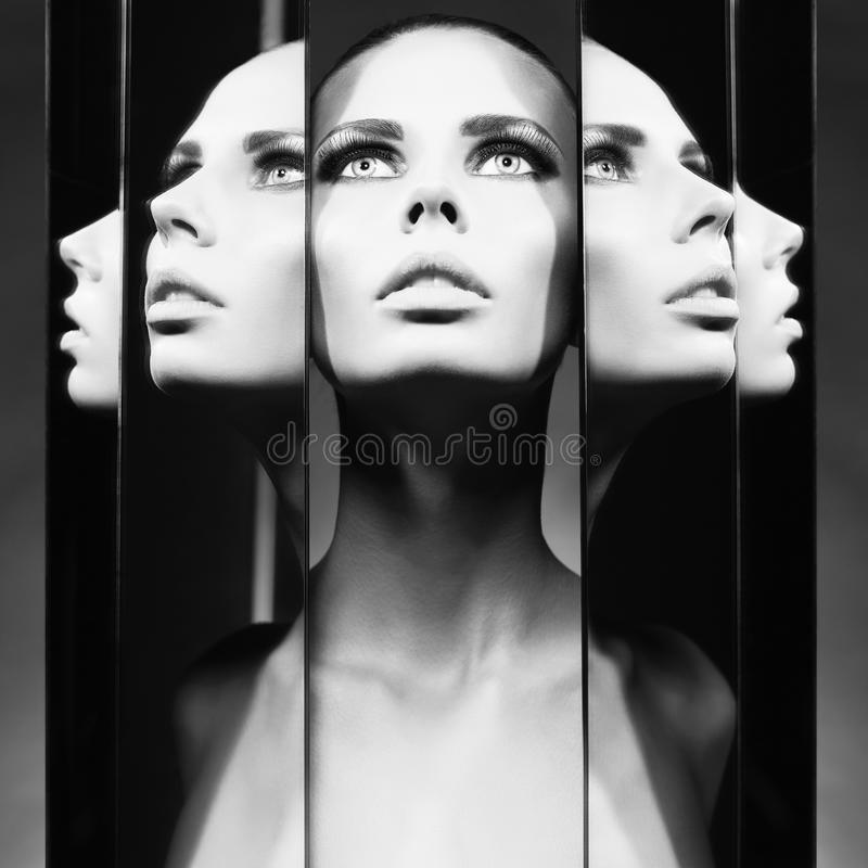 Mulher e espelhos imagem de stock