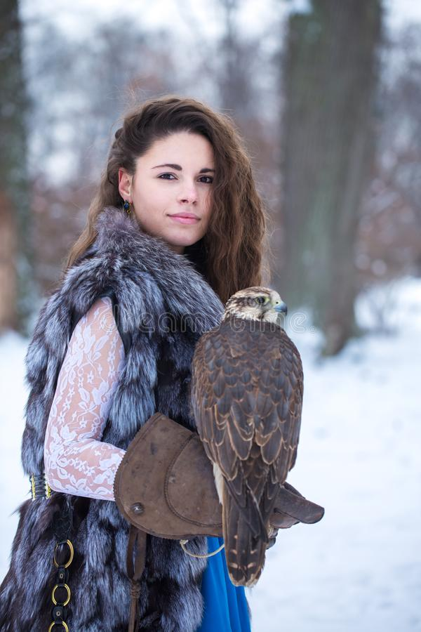 Mulher e falcão no inverno fotografia de stock royalty free