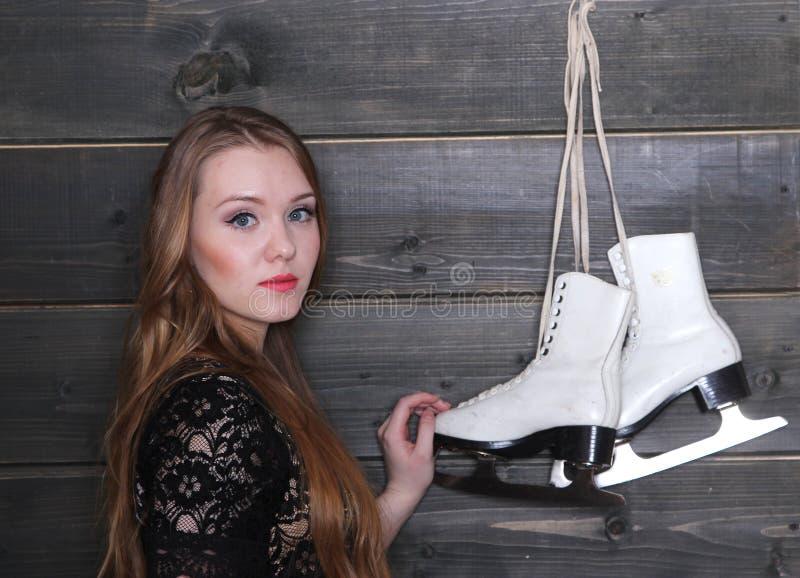 Mulher e figura patins imagem de stock royalty free