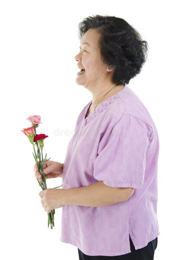 Mulher e flor do cravo no dia de mães foto de stock royalty free