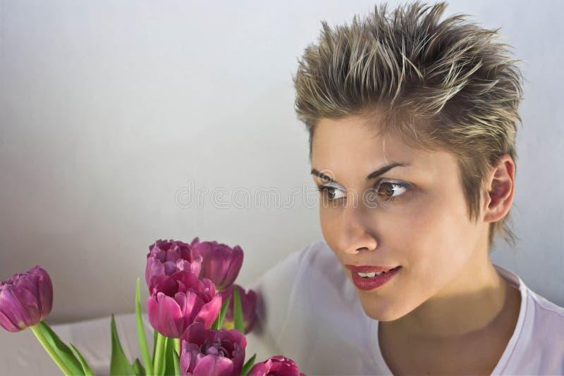 Mulher e flores imagens de stock royalty free
