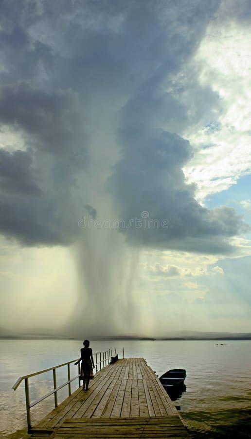 Mulher e furacão foto de stock