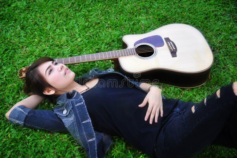 A mulher e a guitarra foto de stock