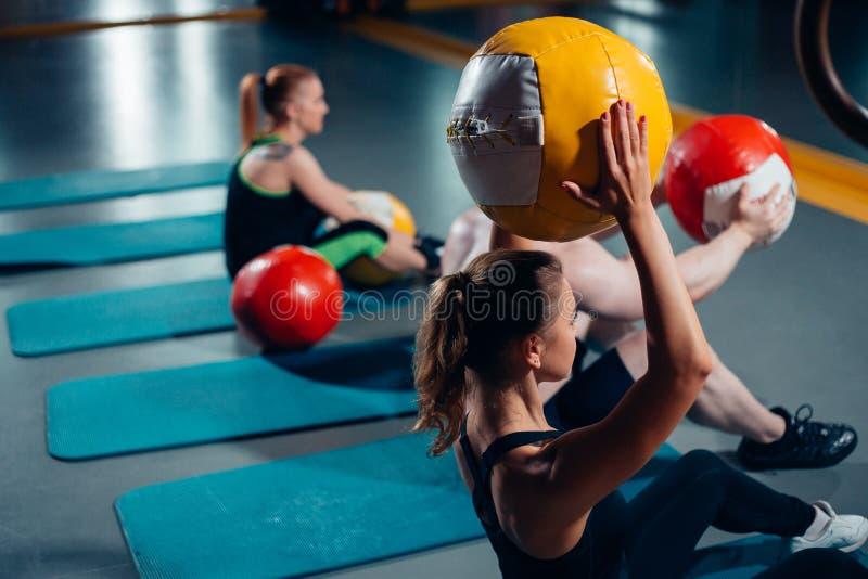 Mulher e homem do grupo do exercício no gym imagem de stock royalty free