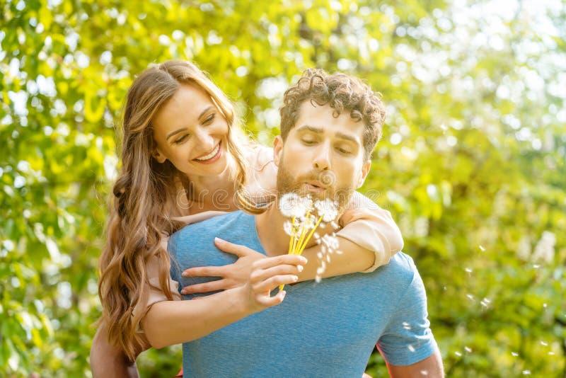 Mulher e homem em um prado no humor rom?ntico foto de stock royalty free