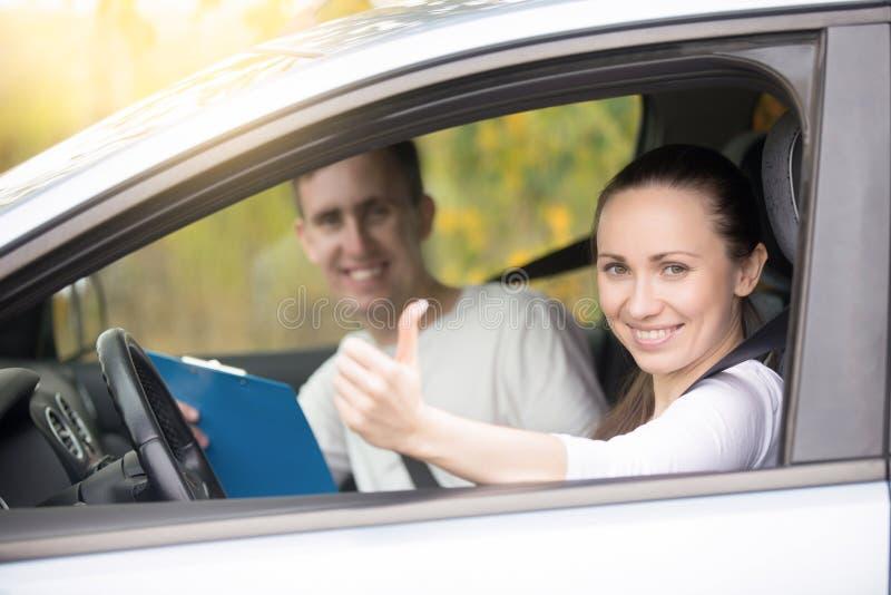 Mulher e homem felizes novos no carro fotografia de stock