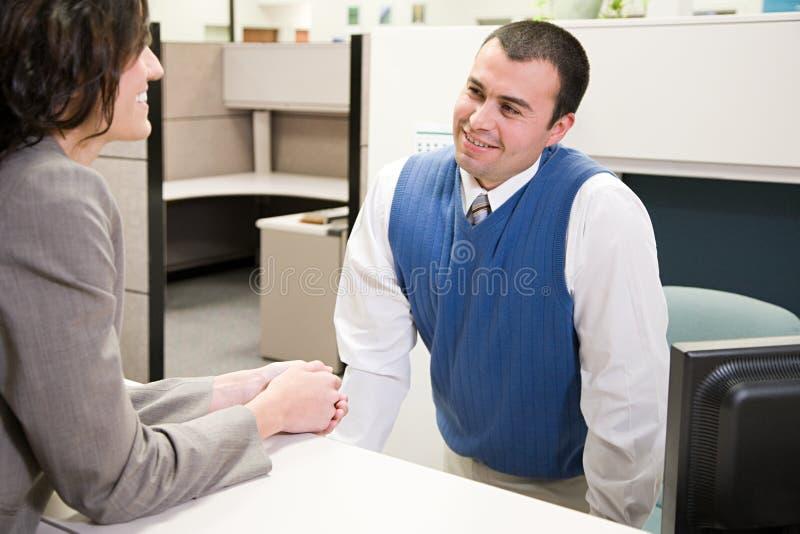 Mulher e homem no escritório imagens de stock royalty free
