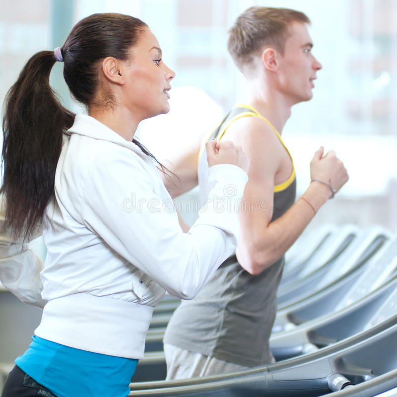 Mulher e homem no exercício da ginástica foto de stock
