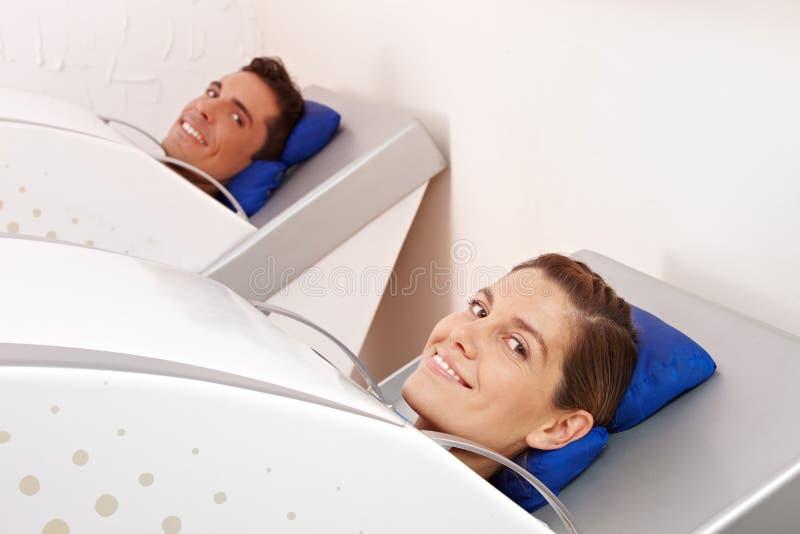 Mulher e homem no ozônio da cabine fotografia de stock royalty free