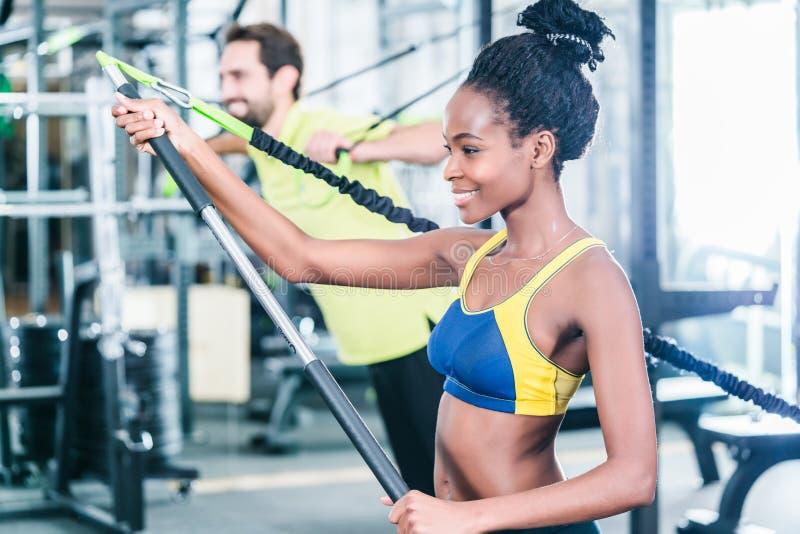 Mulher e homem no treinamento funcional para a melhor aptidão fotografia de stock