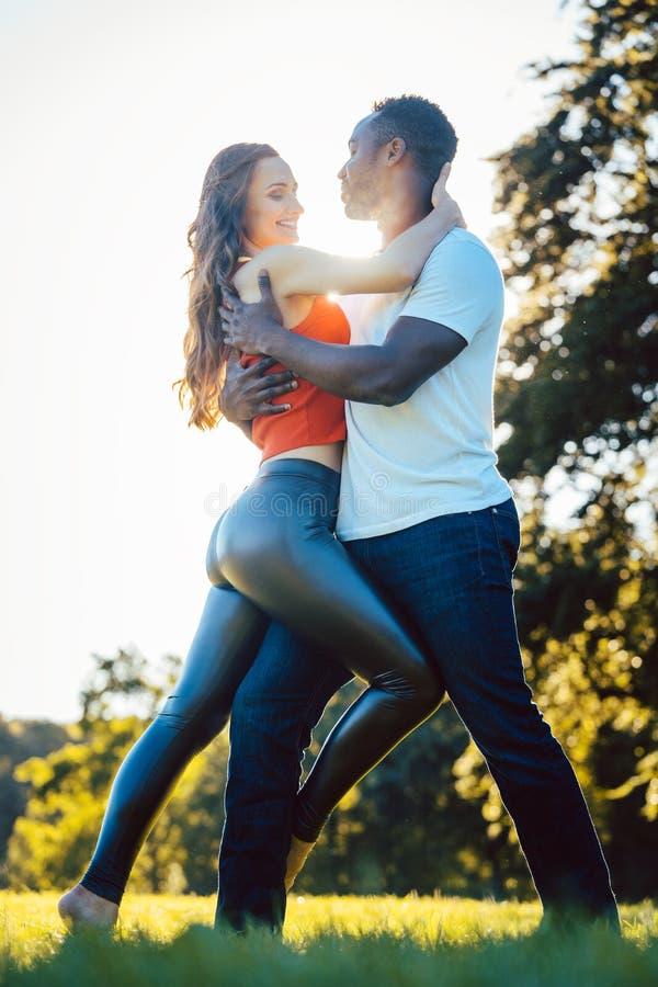 Mulher e homem que expressam-se com a arte da dança foto de stock